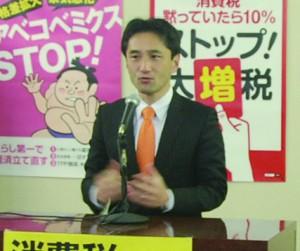 富山での勝利集会であいさつする藤野やすふみ新衆院議員