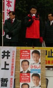 県議選勝利を訴える坂本氏と井上参院議員ら=14日、射水市