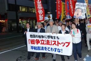 「戦争法案」ストップを掲げてデモ行進する集会参加者