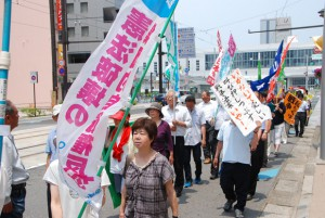 旗やのぼりとともに、手作りのポスターやプラカードを掲げて戦争法案反対をアピールする参加者=16日、富山市