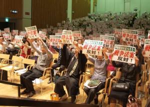 「憲法守ろうー戦争法案反対」のカードを掲げる参加者=5月30日、富山市・サンシップとやま