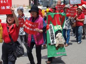 戦争法案反対のプラカードなどを掲げてでも行進する参加者=5月31日、富山市・富山駅南口