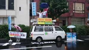 戦争法案の採決強行に抗議する高橋わたる参院選挙区予定候補(中央右)ら=17日、富山市・JR富山駅前