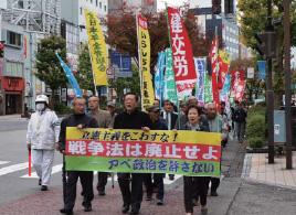 戦争法廃止をアピールして行進する参加者