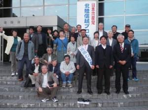 後援会交流会に参加した高橋わたる参院富山選挙区予定候補(中央)と県内参加者