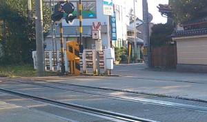 線路と道路の段差が大きく、車の振動などが大変