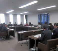 県当局と予算交渉する「みんなの会」のメンバー(13日、県議会)