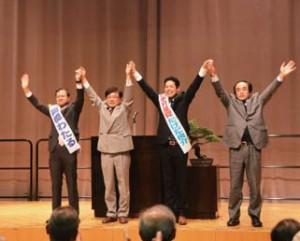 参加者の期待の拍手に手をあげて応える(左から)高橋、井上、たけだ、岡田の各氏(富山市サンシップとやま)