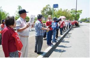 歩道に立って戦争法廃止をアピールする参加者
