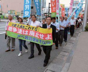 戦争法発動、改憲阻止などを訴えてデモ行進する集会参加者=19日、富山市
