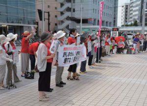 戦争法廃止と改憲阻止をアピールするスタンディング参加者=7月23日、富山市・CiC前広場