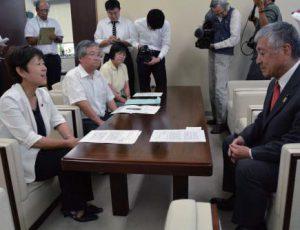 大野議長(右)に申し入れる(左手前から)ひづめ、折田、高瀬の各氏=7月25日、県議会
