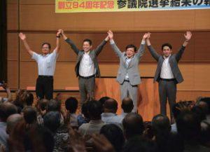 参加者の激励に手を上げて応える(左から)高橋、たけだ、井上、藤野の各氏=7月27日、富山市・サンフォルテ