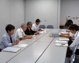 北陸地方整備局に申し入れる参加者(左側)=7月29日、新潟市