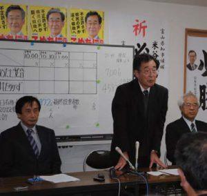 選挙結果をうけてあいさつする、こめたに氏=23日、富山市
