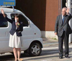 選挙結果を報告し今後の決意を語る高瀬氏(左)と金平高岡市議=24日、高岡市
