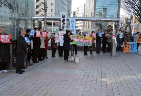 「戦争法廃止」「戦争法の発動やめよ」とアピールするスタンディング参加者=12日、富山市・CiC前