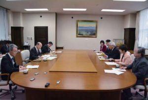 石井知事( 左側中央) に予算要望する党県委員会の参加者(右側)=10日、県庁