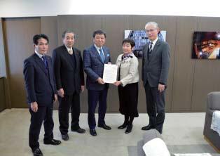 森市長(中央)に予算要望書を手渡す党市議団=昨年12月26日、富山市役所