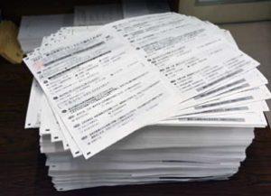 次々と寄せられる市民アンケートの束(2月16日、富山市党地区委員会)