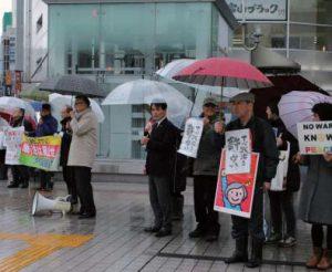 スタンディングで戦争法発動や共謀罪反対をアピールする参加者=2月20日、富山市・CiC前広場