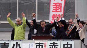 市議選、市長選勝利へ手をあげて決意を示す(左から)中山、小西、市田、吉田、高野、赤星の各氏=3月26日、富山市