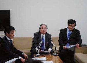 政活費不正疑惑問題について記者会見する党県委員 会の疑惑追及チームメンバー=21日、富山市役所